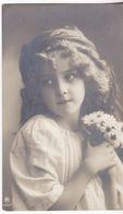Petite Fille Aux Yeux Rêveurs, Avec Un Bouquet De Fleurs - Fotografie