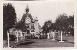 SAINT-MEEN-le-GRAND - Place De L'Hôtel De Ville Et Monument Aux Morts - Autres Communes