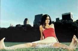 Fille Assise Jambes écartées Pieds Nus Jardin Ville CITY NY New York City Girl Sitting With Legs Apart Barefoot Garden - Pubblicitari