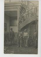 METIERS - Carte Photo Ouvriers (maçons ?) Posant Devant Un Escalier Taillé Dans Un Arbre (comme Au PLESSIS ROBINSON ) - Artisanat