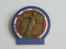SKI - Ancien Insigne De L'école De SKI Français - U.N.C.M - émail - AUGIS LYON  **** EN ACHAT IMMEDIAT **** - Advertising (Porcelain) Signs