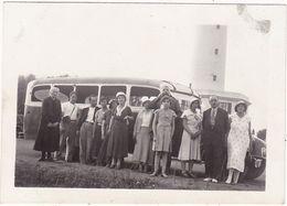 Photos Originales : Automobiles : BUS - CAR : Personnes En Pose Devant Un Bus  à Identifier : ( Format 9cm X 6,5cm ) - Auto's