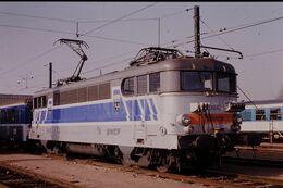 Photo Diapo Diapositive Slide Train Wagon Locomotive Electrique SNCF BB 9642 Avec Blason De Tours Le 31/01/92 VOIR ZOOM - Diapositives (slides)