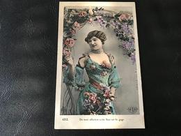 4212 - De Mon Affection Cette Fleur Est Le Gage (Demoiselle En Robe Fleurie Superbe) - Scherenschnitt - Silhouette