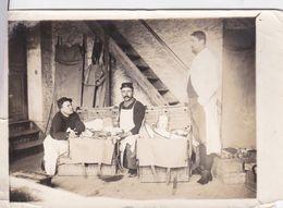 Photographie Originales WW1 1914 Médecin  Militaire Ouvrant Ses Malles De Matériel N° Sur Képi 8 Ou 9  Ref 961 - Guerre, Militaire