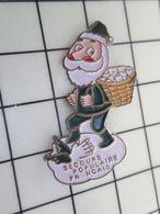 SP04 Pin's Pins / Beau Et Rare / THEME : NOEL / PERE NOEL VERT Pas Père Vert ! SECOURS POPULAIRE FRANCAIS - Navidad