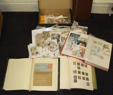 ACCUMULATION In Carton Incl. Shoe Box With 1000's Stamps In Packets Sorted Into Countries. Two Albums Of Foreign With Us - Timbres