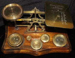 POSTAL SCALES 19thC Brass Postal Scales On Hardwood Base, Engraved Platform 'POSTAL RATES FOR LETTERS' With Five Brass W - Timbres