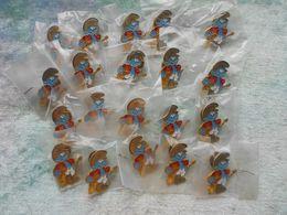 Lot De 20 Pin's De Schtroumpfs Neuf ( PEYO ) - Badges