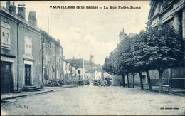 Cp Vauvillers Haute Saone, La Rue Notre Dame, Bäume, Häuser - Autres Communes