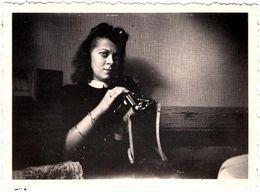 Photo Originale, L'Oeil Noir De La Photographe Amatrice à La Coiffure Banane En Plein Remplacement De Pellicule Vs 1940 - Pin-up