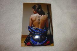 BELLE REPRODUCTION PHOTO... JEUNE FEMME ...ASIATIQUE ?? AU DOS TATOUEE - Personnes