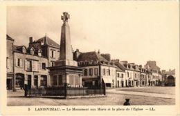 CPA Landivisiau - Le Monument Aux Morts Et La Place De L'Eglise (1033254) - Landivisiau