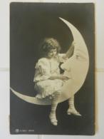 CPA  FILLETTE   Croissant De Lune  Photomontage - Portraits