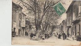 Eyguières  13   La Rue Trinquetaille  Tres Tres Animée-A Gauche Marchand De Cycles Adroite Café - Eyguieres