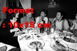 Reproduction D'une Photographie Ancienne De Coluche Et Sa Femme Avec Lenorman, Gainsbourg Et Birkinen 1976 - Reproducciones