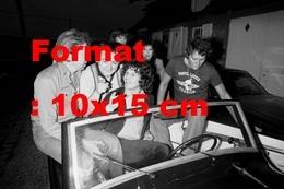 Reproduction D'une Photographie Ancienne De Coluche, Johnny, Lenorman Et Gainsbourg Dans Une Voiture En 1976 - Reproducciones