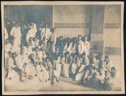 Cca 1920 Csoportkép Fürdőben, Kartonra Ragasztott Fotó, Felületén Sérülésekkel, Atelier Marguerite Pressburg, 17×23 Cm - Other Collections