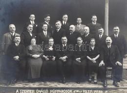 1937. Febr. 7: A Szentesi Önálló Húsiparosok Csoportképe, Kartonra Kasírozott Fotó, Bi Fotószalon Szentes, Bal Felén Tör - Other Collections