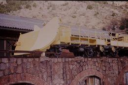 Photo Diapo Diapositive Slide Wagon Eperon Du Train Jaune SNCF à Villefranche De Conflent Le 05/02/92 VOIR ZOOM - Diapositives (slides)