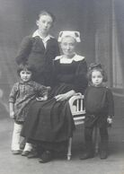 Grande Photographie Femme Bretonne Avec Coiffe Et Costume Traditionnel 3 Enfants Photographe Villard Quimper - Personas Anónimos