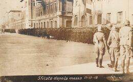 CARTOLINA MILITARE, SFILATA DOPO LA MESSA 11-11-1918 (MOVIMENTATA) F/P - B/N - NON VIAGGIATA - LEGGI - Guerra 1914-18