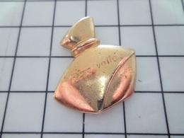 1420 Pin's Pins / Beau Et Rare / THEME : PARFUMS / FLACON DE PARFUM METAL JAUNE REVE VOILé Il Est Autorisé Celui Là ? - Parfum