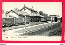 CPA  (Réf : Y740) LA FLÈCHE (72 SARTHE) Intérieur De La Gare (animée, Train) - La Fleche