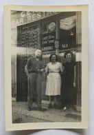 Photographie Juin 1952 Avec 3 Personnes Devant Bar Restaurant E. Rousset à Tourves - Places
