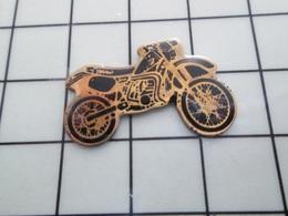 1620 Pin's Pins / Beau Et Rare / THEME : MOTOS / PETITE MOTO CROSS NOIRE ET GOLD - Motorräder