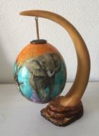 Superbe Oeuf D'autruche Peint Divers Motifs Signé SHERRY ROWE - Sur Un Support Imitant Une Corne De Rhinocéros (résine) - Minerali & Fossili