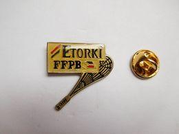 Beau Pin's , FFPB , Fédération Française De Pelote Basque , Fromage Etorki , Raquette Rayée - Pin's