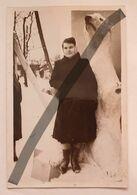 Photo Vintage. Original. Une Femme Près D'un Ours Peu Profond En Carton. L'URSS. Lettonie - Objects