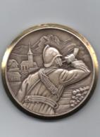 Médaille Soldat Sonnant Le Cor   Signée Kramer   45 Mm - Médailles & Décorations