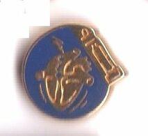 R232 Pin's Médecine CARDIAQUE Cœur Qualité Arthus Non Signé Achat Immédiat - Médical