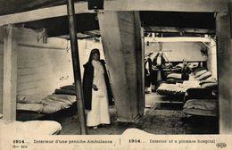 CPA MILITARIA - INTERIEUR D'UNE PENICHE AMBULANCE 1914 - Matériel