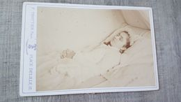PHOTO 19 EME SIECLE COLLEE SUR CARTON - POST MORTEM - FILLE MORTE - MORT - DEAD - CLERMONT FERRAND - Fotos