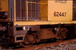 Photo Diapo Diapositive Slide Train Wagon Locomotive Diesel SNCF 62447 à Longueuil Alsace Le 20/02/92 VOIR ZOOM - Diapositives (slides)