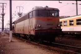 Photo Diapo Diapositive Slide Train Wagon Locomotive Electrique SNCF BB 25153 à Thionville Le 22/02/92 VOIR ZOOM - Diapositives (slides)