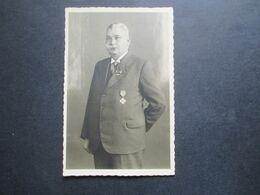 2.Weltkrieg 1944 Foto älterer Herr Im Anzug Und Einigen Orden / Abzeichen!! - Krieg, Militär