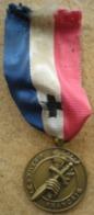 1 Médaille Ancienne LE SOUVENIR FRANCAIS - Médailles & Décorations