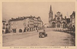 Bazas Place De La République Et La Cathédrale ( Voiture ) - Bazas