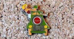 Pin's JEEP De L'Armée Américaine Avec Une Pin-Up Publicitaire Cigarettes LUCKY STRIKE - Verni époxy - Fabricant Inconnu - Pin's & Anstecknadeln