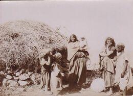 "Photographie Originale  AV 1900 Tunisie Région Kroumirie  "" Famille Devant Gourbi "" Ref  1033 - Tunesien"