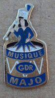 Pin's Sport Autre 001, Twirling Bâton - Majorette Gdr - Badges