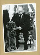 Le Vice-président  GERALD FORD  Et  Son Chien  SUGAR  Photo  USIS - Personnes Identifiées