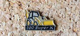 Pin's Tracto-Pelle CASE 580 Super K - Peint Cloisonné - Fabricant Inconnu - Pin
