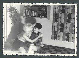 LESBIAN Interest Duo De Femmes Amoureuses Scène De Câlin Et De Baiser Au Salon Vintage - PHOTO Originale - Anonyme Personen