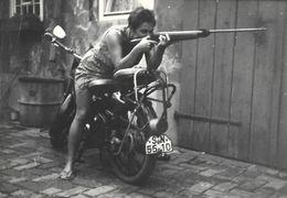 PIN UP Rebelle Bonnie PARKER Moderne Sexy à Califourchon Sur Une Moto Son Fusil à La Main Tir Carabine  PHOTO Originale - Pin-up