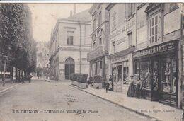 37 CHINON Façade Librairie Avec Personnel ,lingerie ,l'Hôtel De Ville Et La Place - Chinon